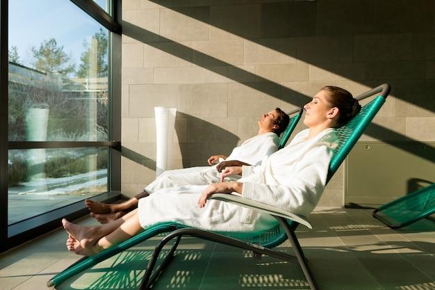 Jong koppel ontspannen in wellness spa Premium Foto