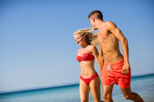 Jong koppel ontspannen op het strand Premium Foto