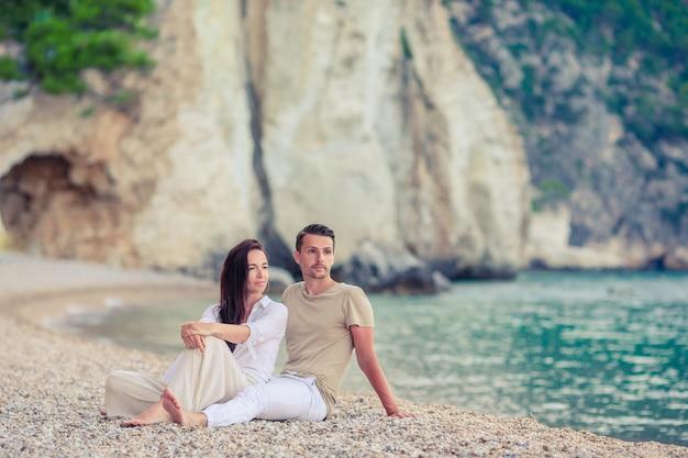 Jong koppel op wit strand bij zomervakantie Premium Foto