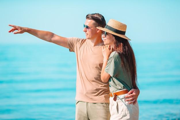 Jong koppel op wit strand tijdens zomervakantie. Premium Foto