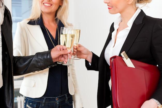 Jong koppel op zoek naar onroerend goed met vrouwelijke makelaar Premium Foto