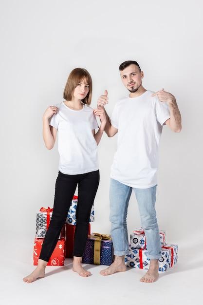 Jong koppel poseren met kerstcadeaus Premium Foto