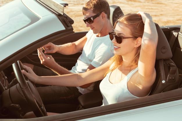 Jong koppel reizen met de auto Premium Foto