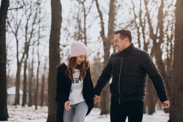 Jong koppel samen in een winter park op valentijnsdag Gratis Foto