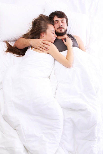 Jong koppel slaapt in bed Gratis Foto