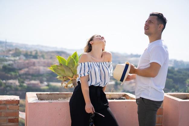 Jong koppel verliefd op vakantie Gratis Foto
