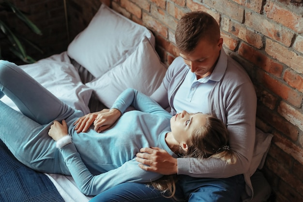 Jong koppel verliefd tijd samen doorbrengen. mooie vrouw en knappe man met intieme momenten thuis Gratis Foto