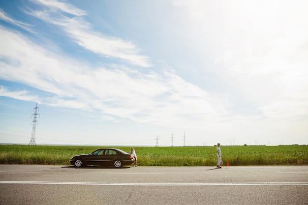 Jong lesbisch paar gaat op vakantie reis op de auto in zonnige dag Gratis Foto