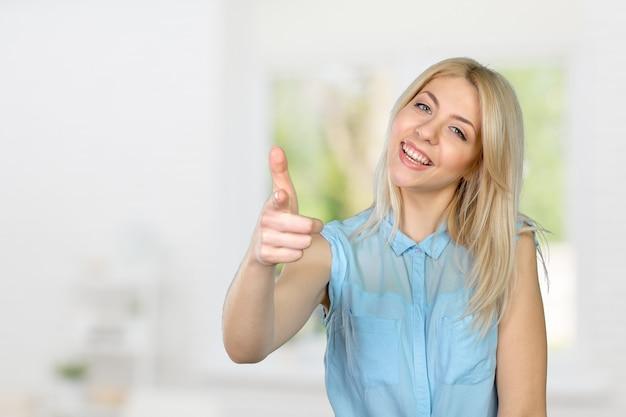 Jong leuk glimlachend meisje dat op u richt Premium Foto
