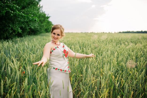 Jong meisje bij oekraïense nationale kleding die bij kroongebied wordt gesteld. Premium Foto