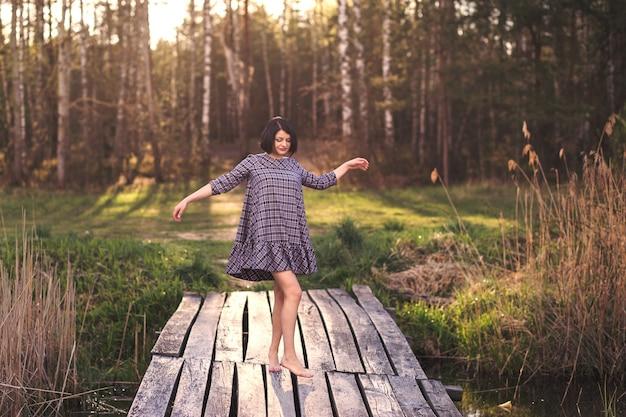 Jong meisje dansen in de natuur Premium Foto