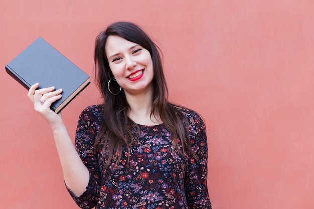 Jong meisje dat een boek houdt Gratis Foto