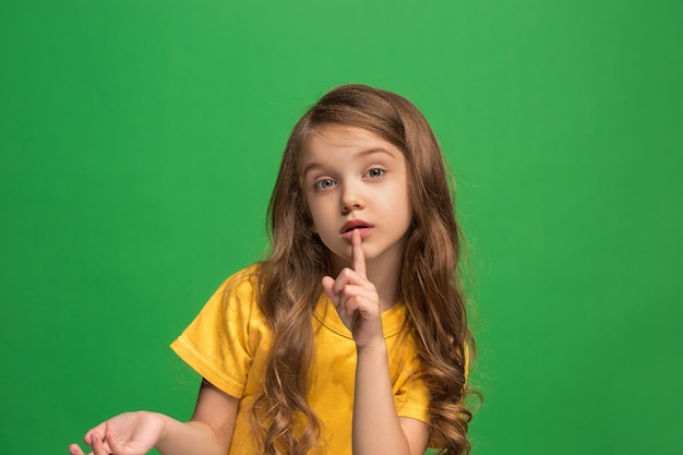 Jong meisje dat een geheim achter haar hand fluistert Gratis Foto