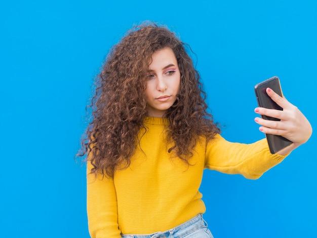 Jong meisje dat een zelffoto neemt Gratis Foto