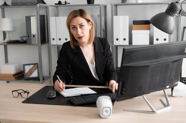 Jong meisje dat in het bureau werkt. Premium Foto