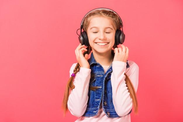 Jong meisje dat van de muziek geniet Premium Foto