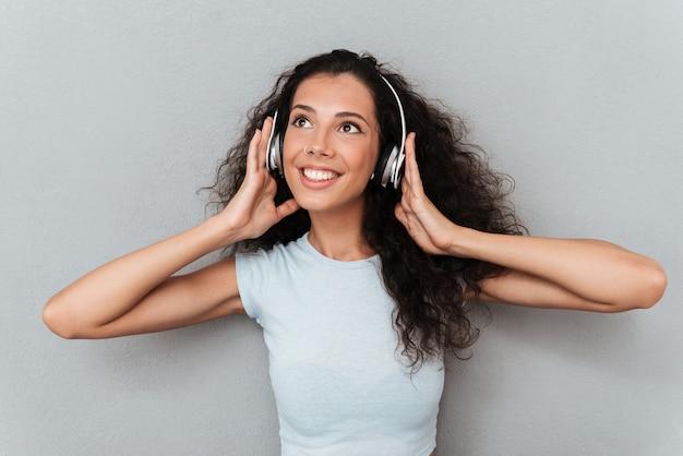 Jong meisje dat van muziek in hoofdtelefoons geniet Gratis Foto