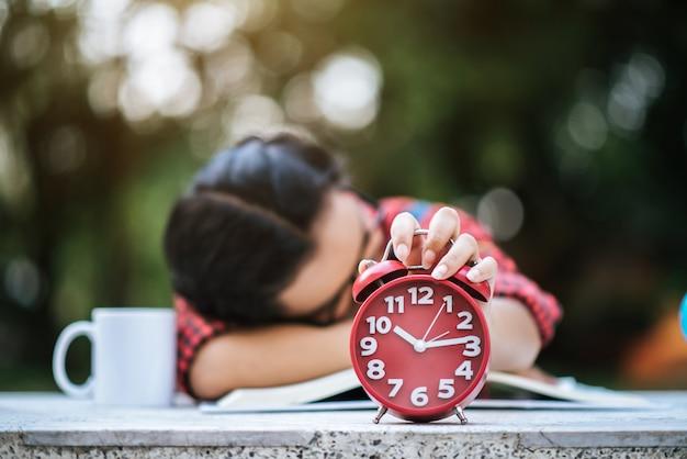 Jong meisje die op bureau na het lezen van boek liggen Gratis Foto