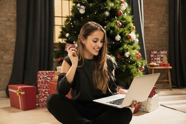 Jong meisje klaar om online te winkelen Gratis Foto
