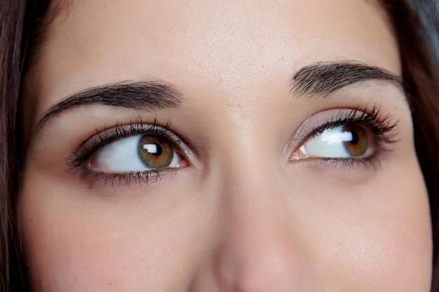 Jong meisje met bruine ogen denken Premium Foto