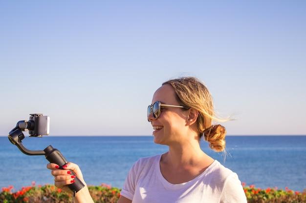 Jong meisje met plezier met nieuwe technologische trends Premium Foto