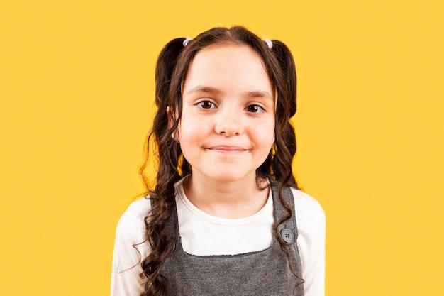 Jong meisje met vlechtenkapsel het stellen Gratis Foto