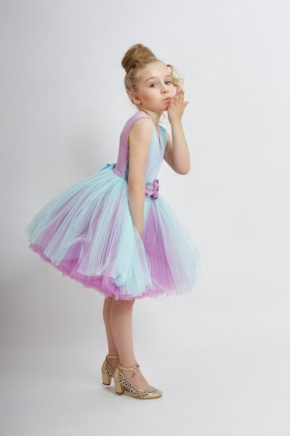 Jong meisje mist schoonheid in een mooie jurk. Premium Foto