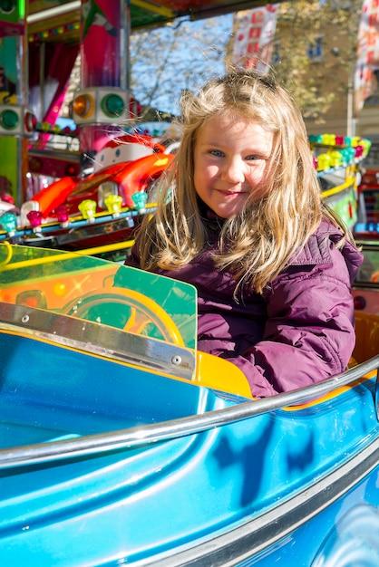Jong meisje op carrousel Premium Foto