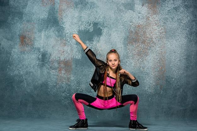 Jong meisje pauze dansen op de muur Gratis Foto