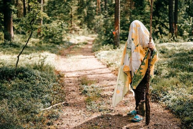 Jong meisje poseren in het bos Premium Foto