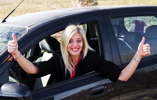 Jong meisje rijden Premium Foto