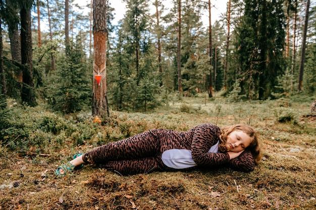 Jong meisje slapen in het bos Premium Foto