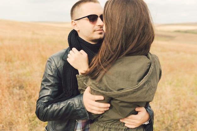 Jong modern modieus paar in openlucht Gratis Foto