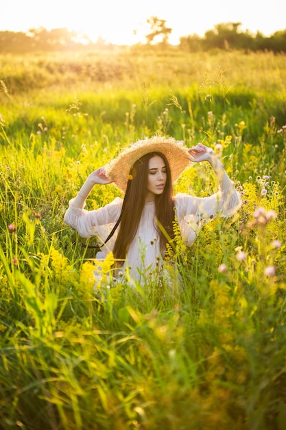 Jong mooi europees meisje in de ondergaande zon Premium Foto