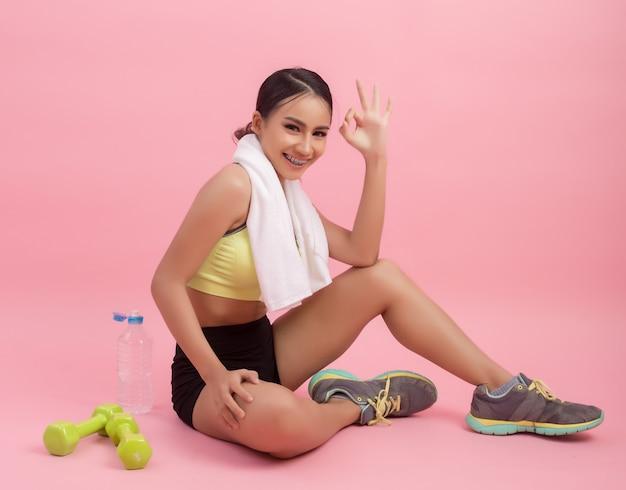 Jong mooi geschikt vrouwen drinkwater na oefening Gratis Foto