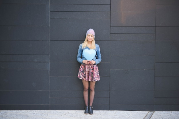 Jong mooi kaukasisch blonde meisje in de stad Premium Foto
