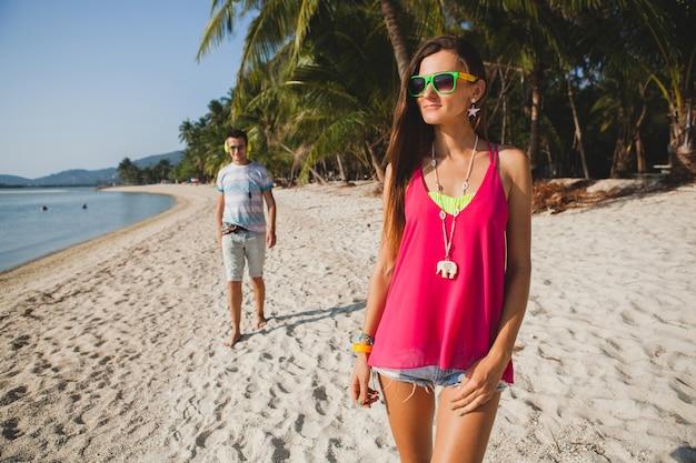 Jong mooi koppel wandelen op tropisch strand, thailand, vakantie roomance, hipster outfit, casual stijl, honingmaan, vakantie, zomer, zonnig, romantische sfeer Gratis Foto