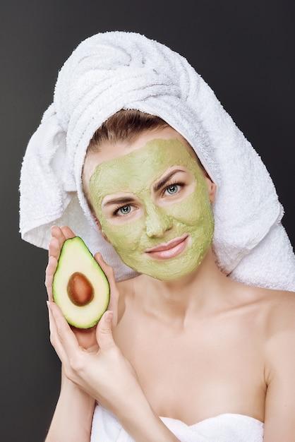 Schoonheidsspecialiste maakt een gezichtsklei masker tegen