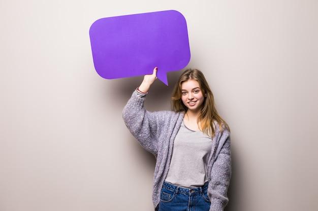 Jong mooi meisje met een paarse bel voor tekst, geïsoleerd Gratis Foto