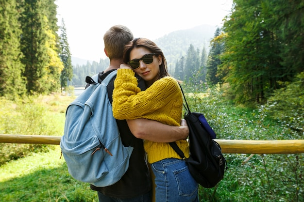 Jong mooi paar glimlachen, omhelzen, genieten van bergen lanscape Gratis Foto