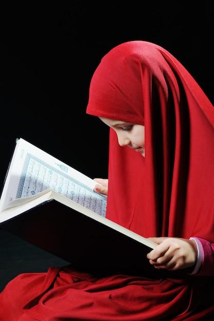 Jong moslimmeisje die heilige koran lezen Premium Foto
