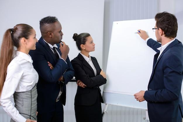 Jong multi-etnisch commercieel team dat een nieuwe strategie plant. Premium Foto