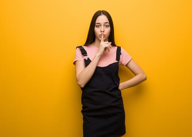 Jong natuurlijk mooi meisje dat een geheim houdt of om stilte vraagt Premium Foto