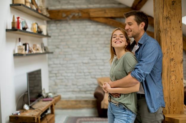 Jong paar dat elkaar thuis omhelst Premium Foto