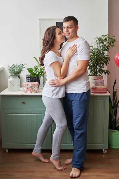 Jong paar dat in liefde thuis de dag van valentine viert Premium Foto