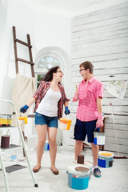 Jong paar dat reparatie thuis doet Gratis Foto