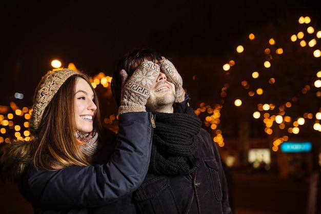 Jong paar in liefde buiten Gratis Foto