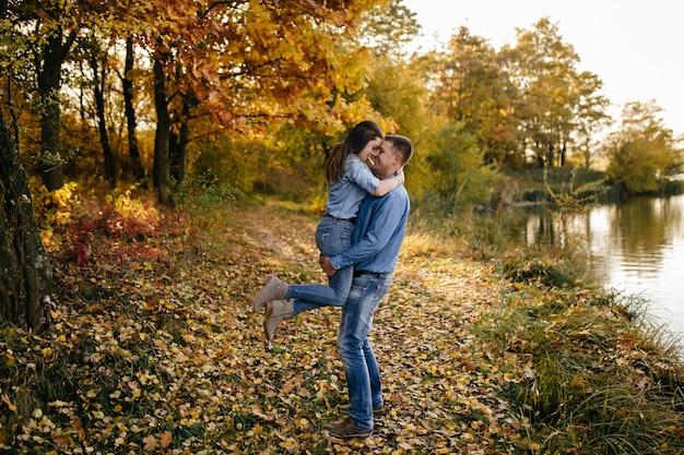 Jong paar in liefde. een liefdesverhaal in het herfstbospark Gratis Foto