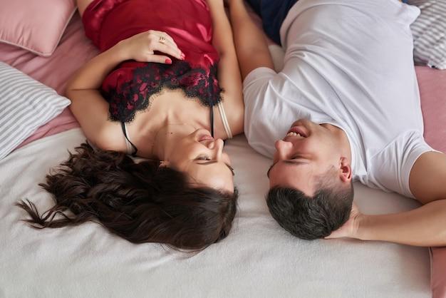 Jong paar in liefde thuis op bed dat de dag van valentine viert Premium Foto