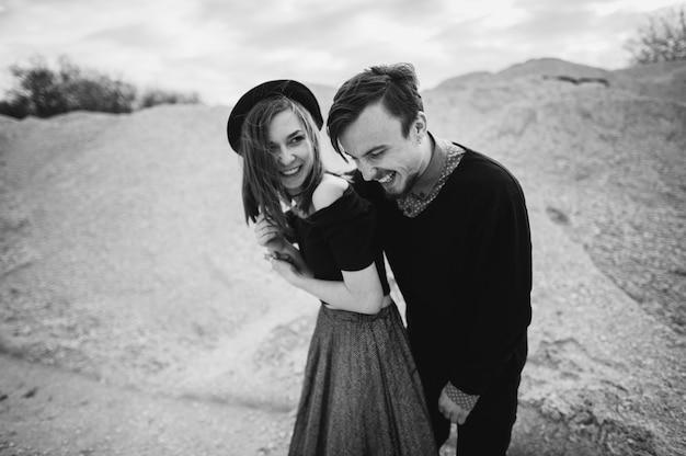 Jong paar verliefd in steencarrière Premium Foto